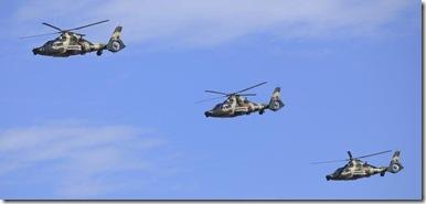 Z-9武装直升机从北京上空飞过